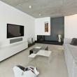moderne-Wohnung-einrichten-schwarzer-Kamin-Beistelltisch-Fernsehschrank-Polstersofa